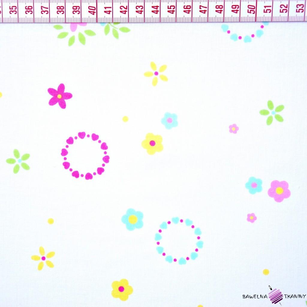 Bawełna kolorowe wianuszki z kwiatkami na białym tle