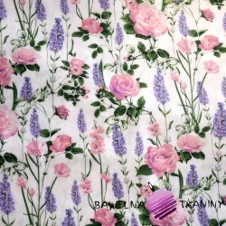 Bawełna lawenda z różami na białym tle
