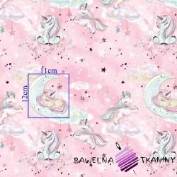Bawełna złocona jednorożce z chmurkami na różowym tle