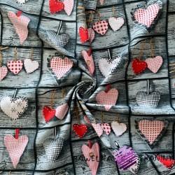 Bawełna serca czerwone na szarej desce