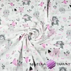 Flanela zwierzątka na łące różowo szare na białym