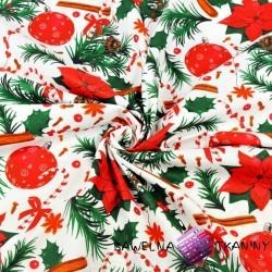 wzór świąteczny ostrokrzew z bombkami czerwono zielony na białym tle