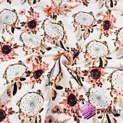 łapacz snów brudny róż z kwiatami na białym tle